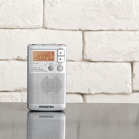 책상위의 DT-250 디지털 휴대용 라디오
