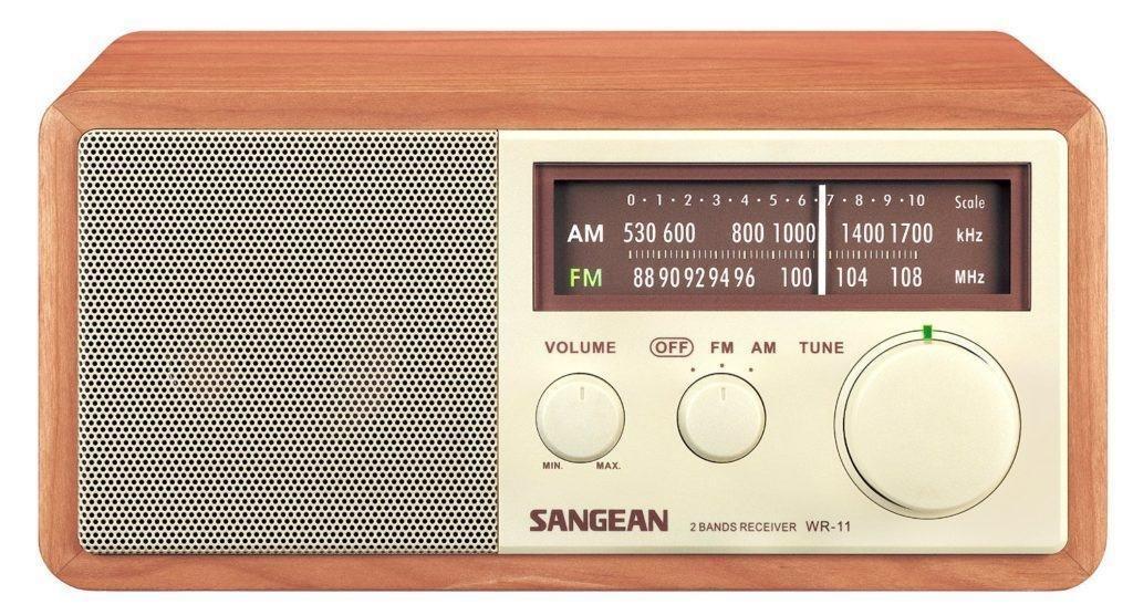 산진전자 WR-11 모델, 모노 라디오이며, AUX 케이블 연결이 있으나 후면 패널에서 활성화 해야 해서 스피커로 주로 사용하기에는 조금 불편하다.