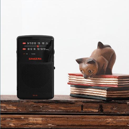 나무 고양이와 SR-35 아날로그 휴대용 라디오