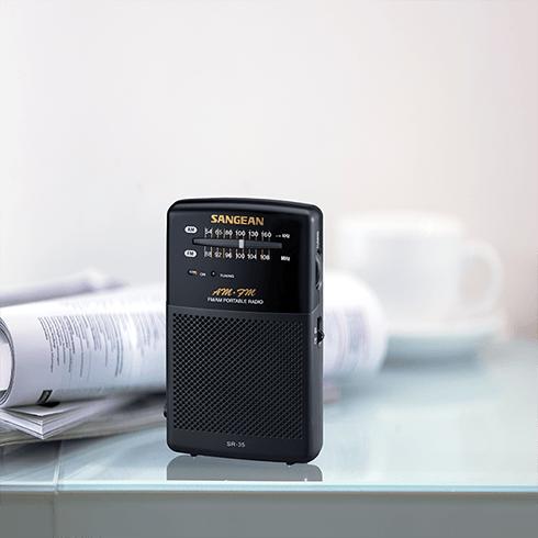 책상위의 SR-35 아날로그 휴대용 라디오