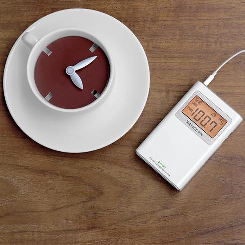 책상위의 DT-160 휴대용 디지털 라디오