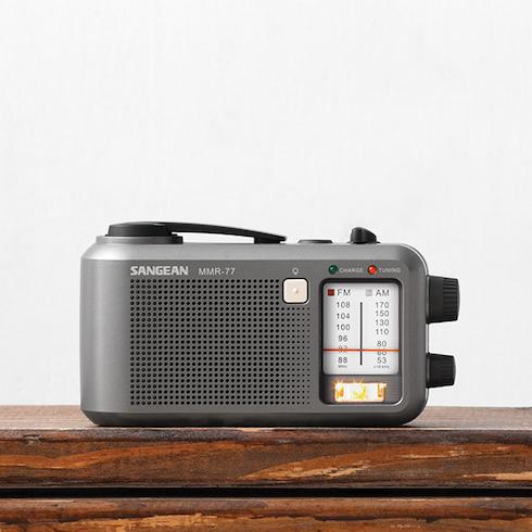 책상위의 MMR-77 아날로그 자가발전 라디오