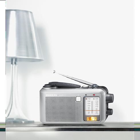 탁자위의 MMR-77 아날로그 자가발전 라디오