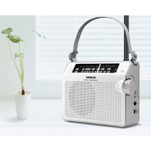 책상위의 PR-D6 휴대용 라디오