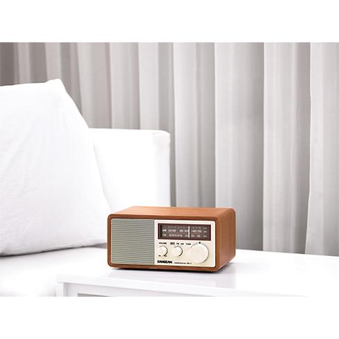 침실의 WR-11 아날로그 탁상용 라디오